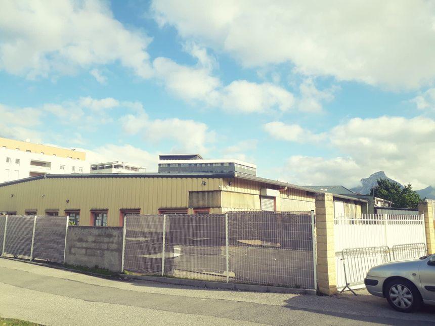 C'est derrière ces grilles que se cache l'école Philippe Grenier, adossée à une mosquée.