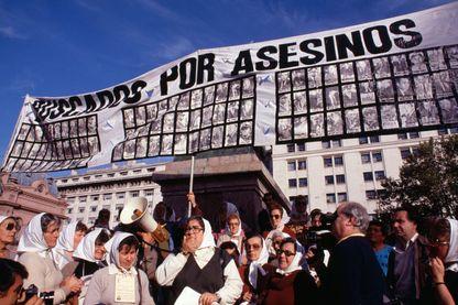 Manifestation des 'Mères de la place de Mai' pour les disparus de la dictature le 9 mai 1985 en Argentine.