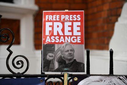Un partisan du fondateur de WikiLeaks, Julian Assange, tient une pancarte devant l'ambassade de l'Equateur à Londres le 5 avril 2019, suite aux rumeurs selon lesquelles Assange était sur le point d'être expulsé.