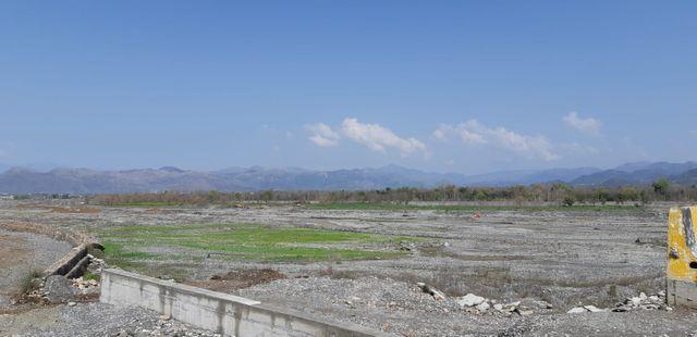 Les arbres sont plantés dans le lit asséché d'une rivière, dans le centre d'Haripur