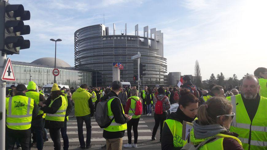 L'acte 15 des gilets jaunes devant le bâtiment du parlement européen à Strasbourg le 23 février 2019