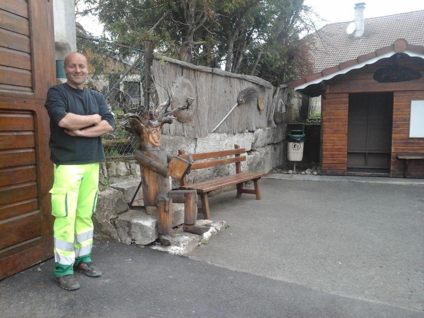 Fabien, l'un des 2 employés communaux, devant l'une de leurs réalisations.