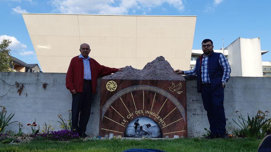 Le président et le trésorier-adjoint de l'association normande Solidarité Arménie, devant la stèle commémorative à  Évreux