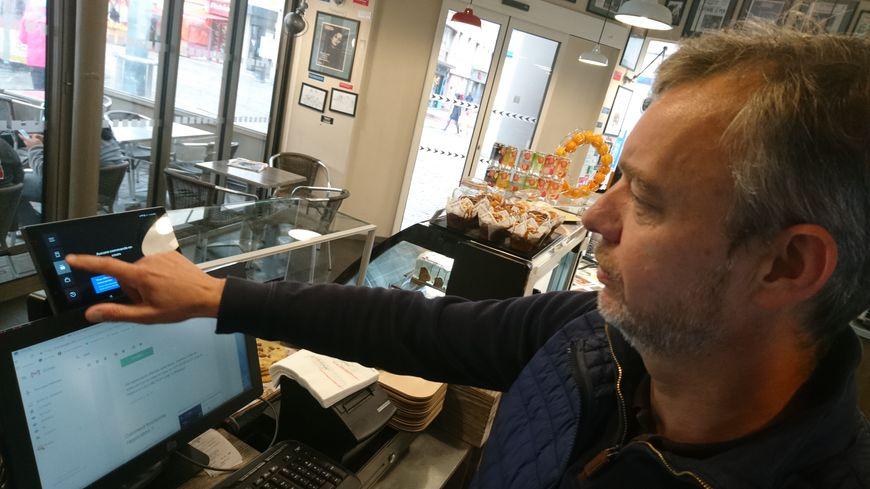 Une tablette reliée à la caisse, et c'est parti ! Les commandes arrivent directement via l'application, et le restaurant se lance dans la préparation le plus vite possible.