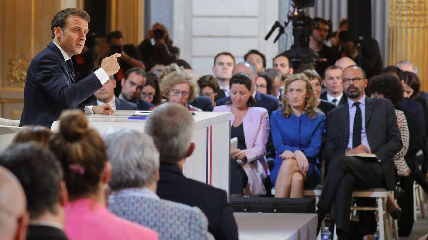 Emmanuel Macron sous le regard des membres du gouvernement lors de l'allocution présidentielle de jeudi 25 avril 2019
