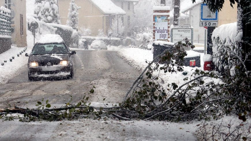 Les chutes de neige en Isère perturbent le trafic sur le réseau secondaire
