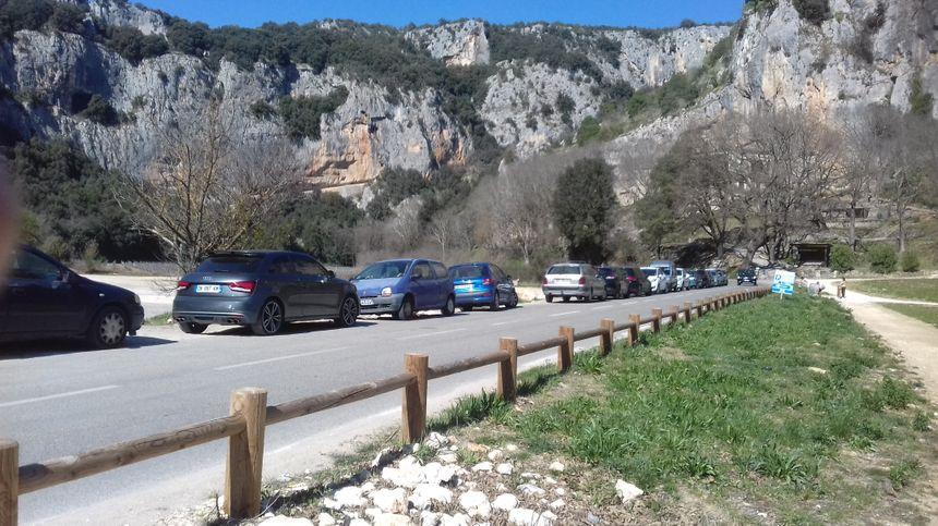Les voitures contraintes de se garer le long de la route