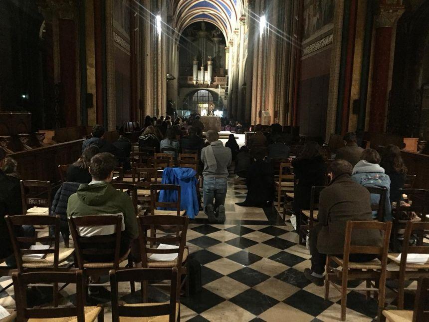 Des fidèles se sont rassemblés pour une veillée en l'église Saint-Germain-des-Prés à Paris le 15 avril 2019