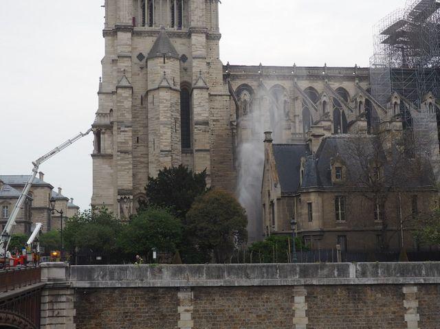 Les pompiers continuaient à intervenir mardi matin