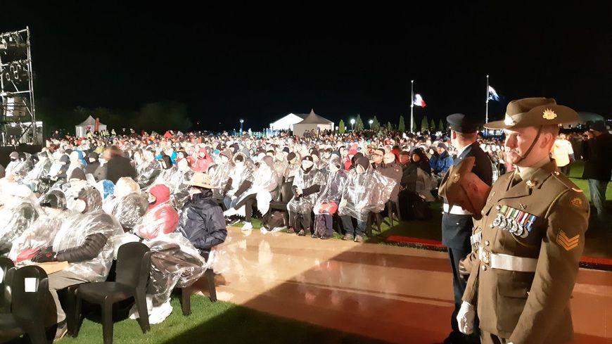 """La """"cérémonie de l'aube"""" de l'Anzac day attire chaque année plusieurs milliers de personnes à Villers-Bretonneux."""