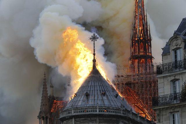 Les flammes ont ravagé la totalité de la toiture de la cathédrale