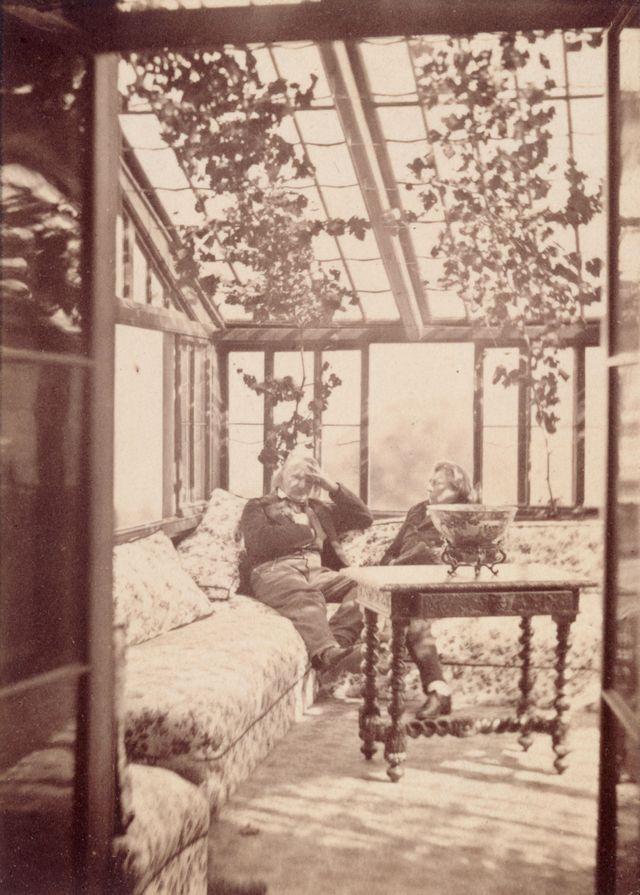 Victor Hugo et Hennett de Kesler dans le jardin d'hiver à Hauteville House, 1862. Epreuve sur papier albuminé © Maisons de Victor Hugo.