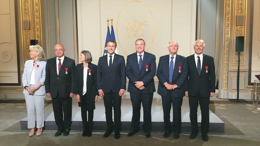 Olivier Carré pose auprès du président de la République (à sa gauche), après la remise de sa Légion d'Honneur, le 23 avril 2019 à l'Elysée