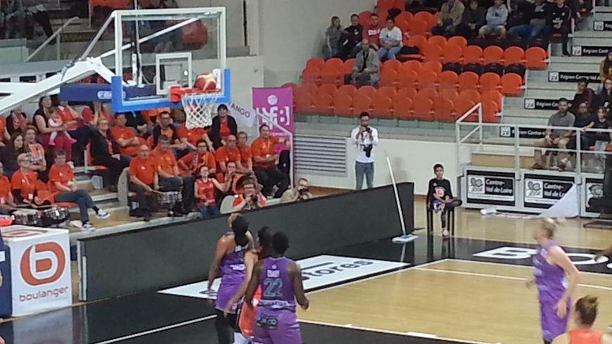 Les filles de Landerneau (en violet) ont regardé passer beaucoup de ballons