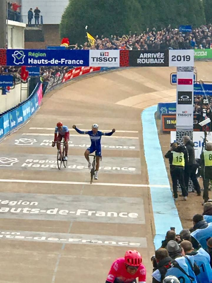 Philippe Gilbert passe la ligne d'arrivée du Paris-Roubaix