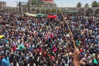 Les manifestants occupent les places situées autour du ministère de la Défense dans la capitale Khartoum