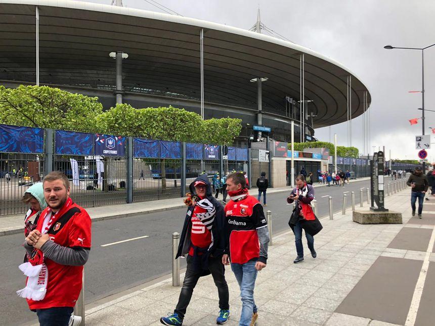 Les supporters rennais, à fond, arrivent au Stade de France !