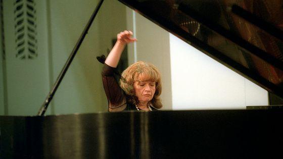 Idil Biret en concert au Mannes College of Music (New York) le 23 Juillet 2003.