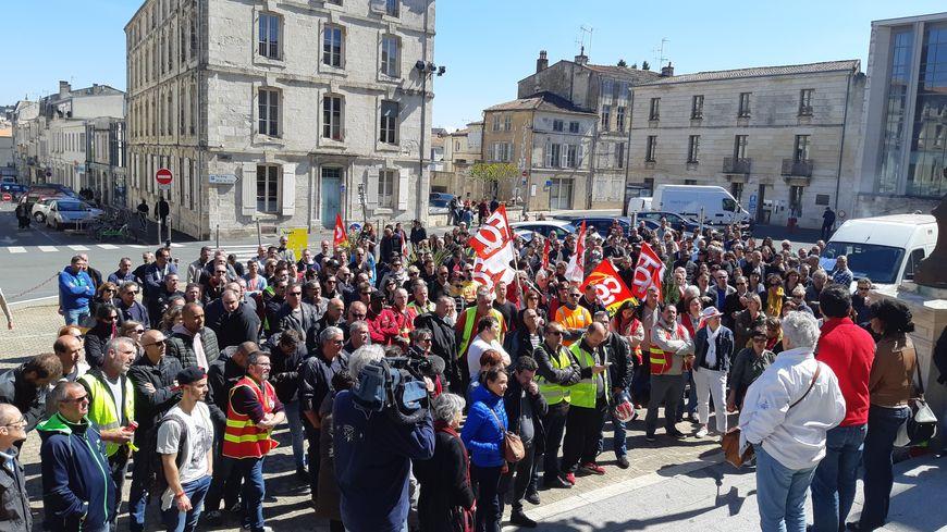 Réunis en assemblée générale devant la mairie de Niort, les agents mobilisés reconduisent la grève pour jeudi 2 mai