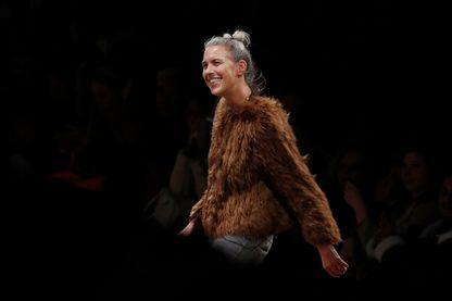 En mars 2018, Isabel Marant à la fin de la présentation de sa collection