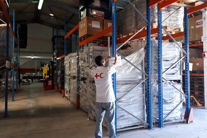 En raison du réchauffement climatique et de ses conséquences, la Croix-Rouge a décidé de stocker du matériel d'urgence à la Réunion, disponible à tout moment en cas de catastrophe naturelle.