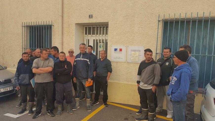 Les petits pécheurs de la côte catalane devant les Affaires Maritimes de Port-Vendres