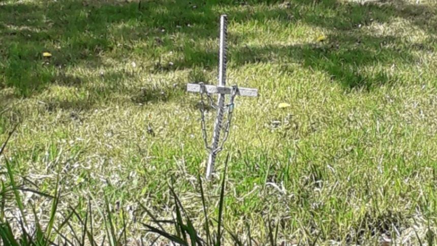 Les voisins d'Annie et Michel ont planté des croix mortuaires en direction de leur maison.
