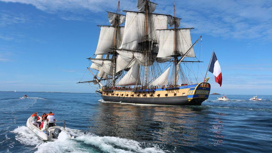 La frégate prend la mer pour un voyage vers la Normandie