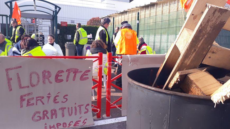 Encore des dizaines de salariés mobilsiés lundi 1er avril devant l'usine Florette à Lessay