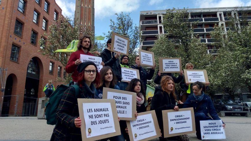 Une quinzaine de militants écologistes et antispécistes étaient mobilisés, ce mercredi, devant la mairie de Lille pour demander l'interdiction des animaux sauvages dans les cirques