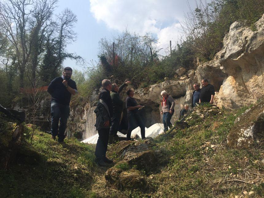 Devant la grotte de Jovelle
