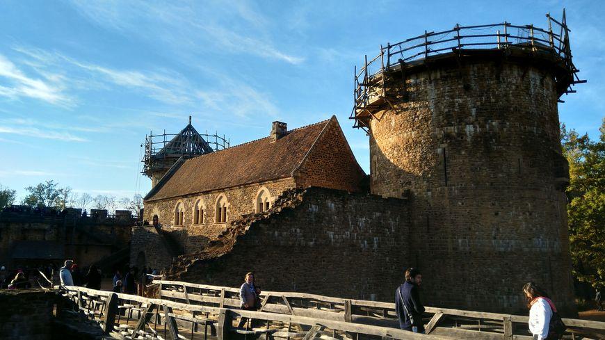 La construction du château de Guédelon a débuté en 1997 à Treigny . On utilise exclusivement les techniques et les matériaux du XIIIiéme siècle.