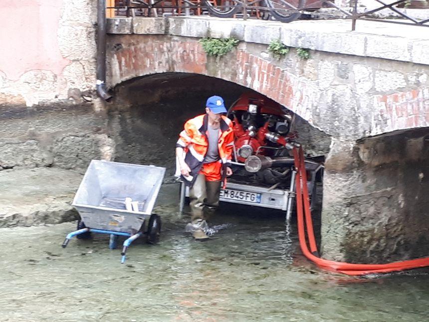 La lance à eau passe dans les moindres recoins du canal du Thiou