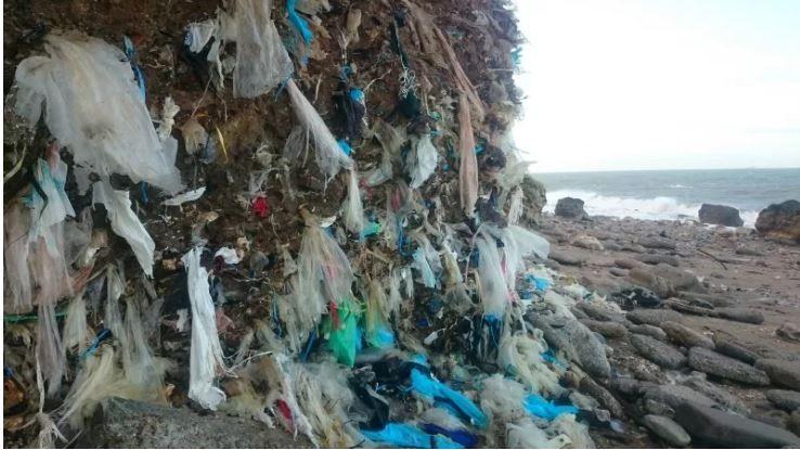 La décharge de Dollemard ce sont 400.000 mètres cubes de déchets au pied d'une falaise.