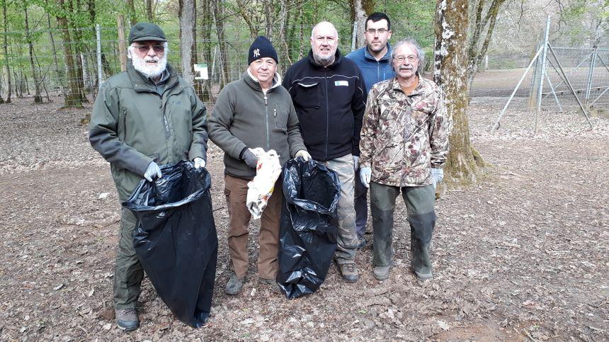 Les chasseurs sont venus entre copains, par amour de la nature (de gauche à droite, Jean-Claude, Tonio, Fabrice, Aloïs, Christian)