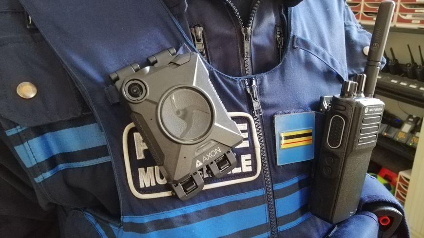 La caméra ne mesure que quelques centimètres. Elle est en revanche très résistante aux chocs et aux intempéries.