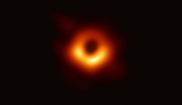 Première image de l'ombre d'un trou noir : le tour noir supermassif du centre de la galaxie M87, observé par le réseau EHT. © The EHT collaboration