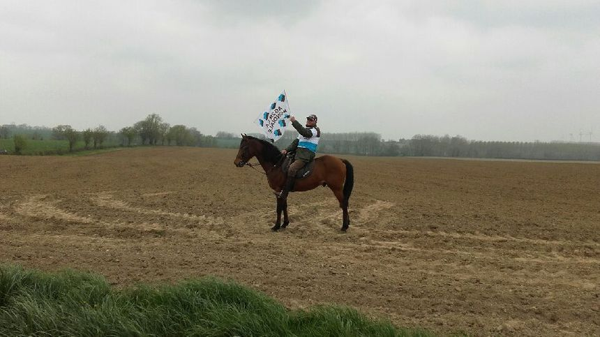 Un spectateur à cheval pour le Paris-Roubaix
