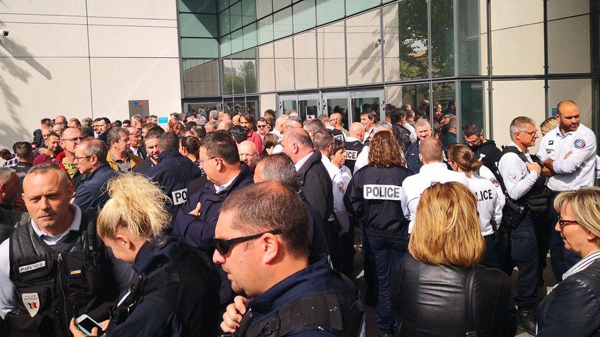 Une centaine de policiers s'est rassemblée devant le commissariat de Bordeaux.