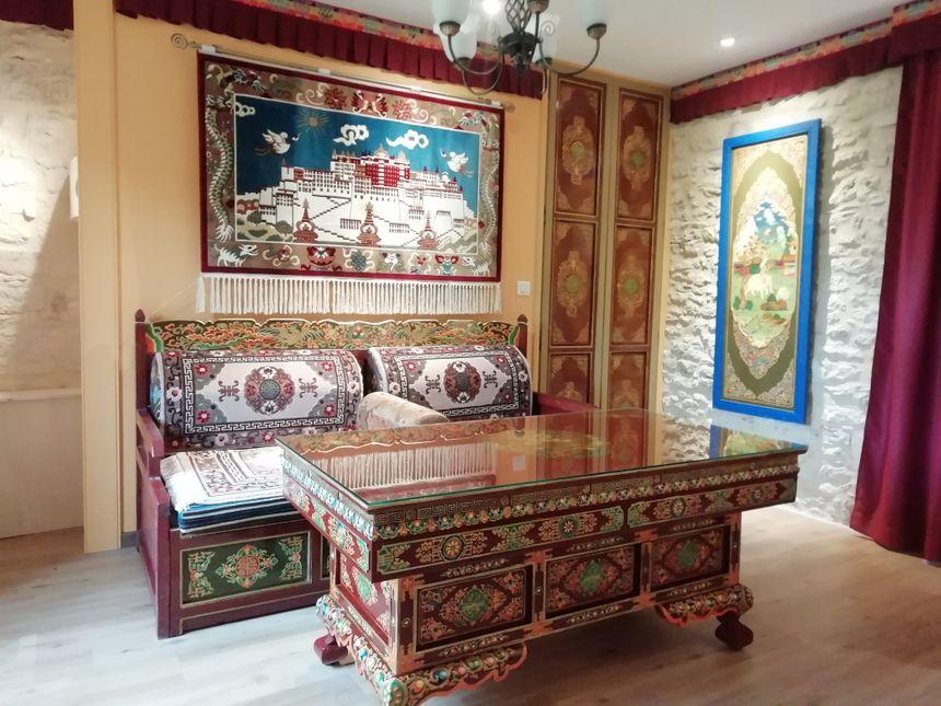 Sur la tapisserie, le palais des moines tibétains