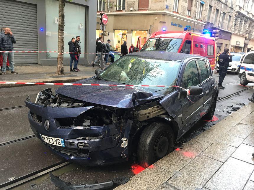 L'état du deuxième véhicule témoigne de la violence du choc.
