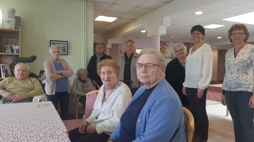 Le personnel et les résidents de l'EHPA de la Rabolière à la Ferté Saint Aubin