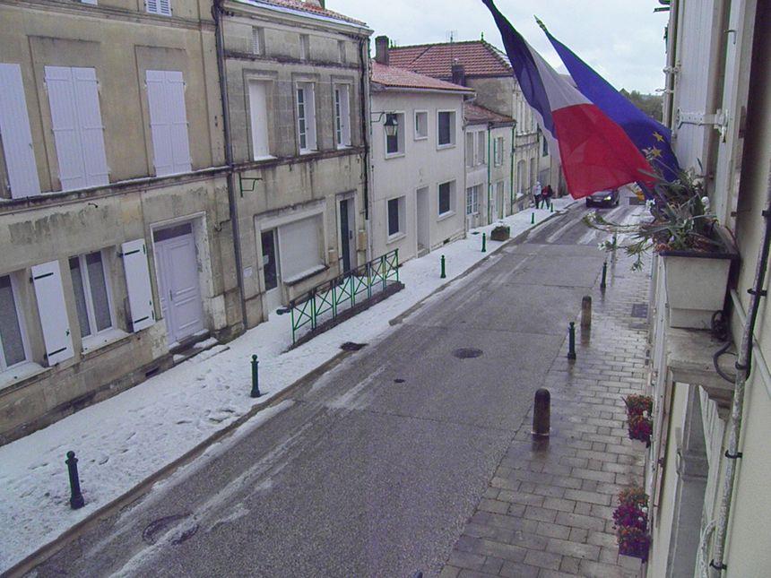 La grêle forme un épais tapis à Baignes-Sainte-Radegonde
