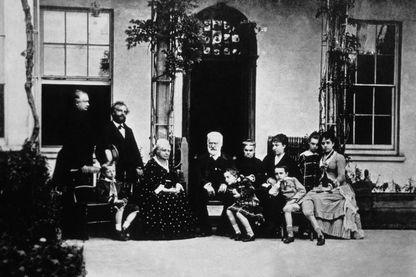 Victor Hugo et sa famille devant sa propriété de Hauteville House à Guernesey en 1866