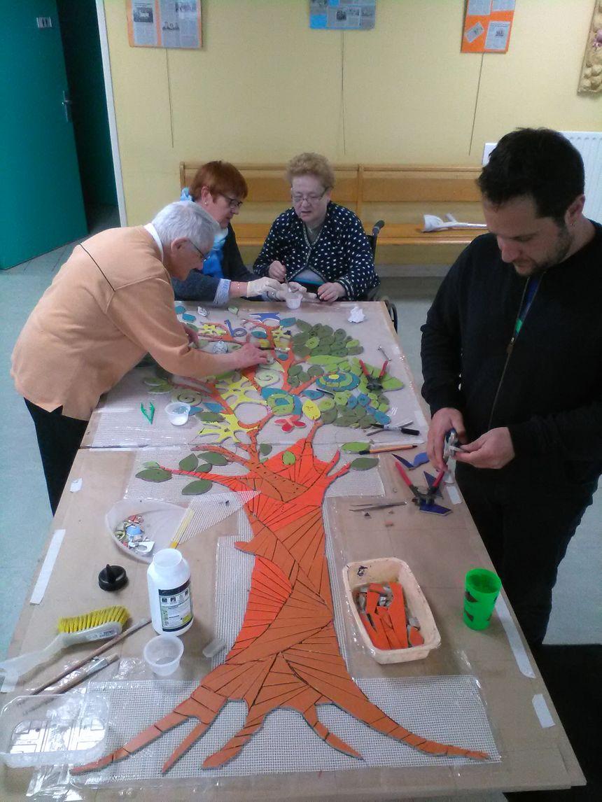 Atelier mosaïque initiée par Yai Acosta-Valois