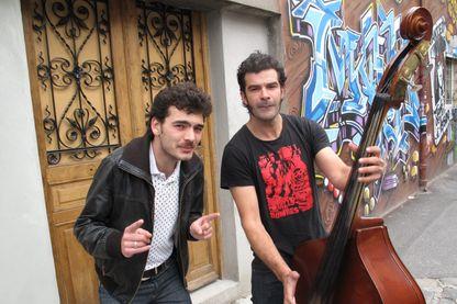Johnny Montreuil : Geronimo, violoniste et mandoliniste, et Benoit Dantec, chanteur, contrebassiste et guitariste.