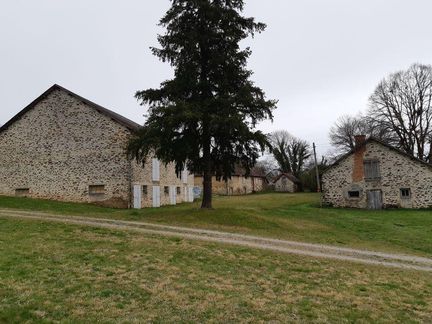 Ici, d'anciens bâtiments agricoles transformés en dortoirs par l'armée qui avait fait de Chauffaille un camp d'entrainement