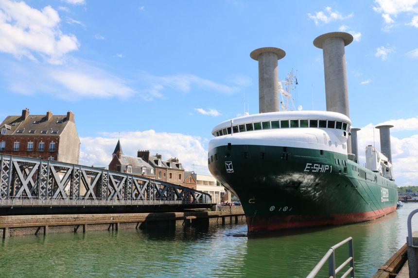 Un bateau entre dans le port de Dieppe