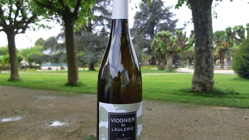 Une bouteille de Viognier de la famille Dubard en Dordogne