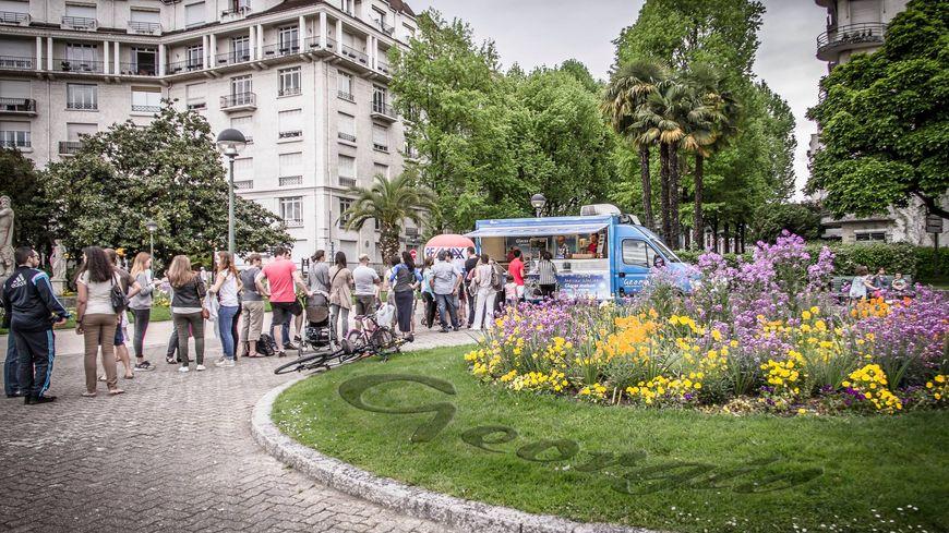 La queue devant l'artisan glacier Georgio au square Aragon à Pau